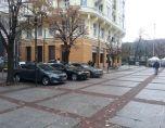 Нагло паркират в Градската градина