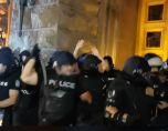 Трима ранени, шестима задържани при сблъсъци пред МС